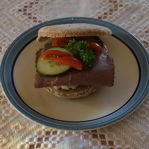 Supergrove burgerbrød Ingredienser: 5 dl Melk 1 pk Gjær ½ dl Olje (nøytral) 1 ts Salt 2 ts Sukker ½ dl Havrekli ½ dl Hvetekli (kruska) 8 dl Grovbakstmel Ca. 5 dl Hvetemel