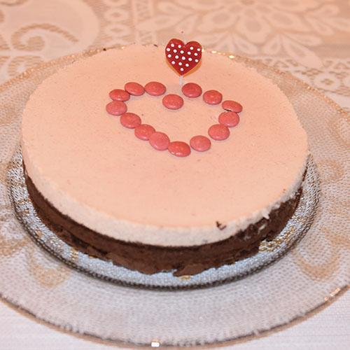Klissete sjokoladekake til Valentinsdagen Ingredienser: 2 Egg 3 dl Sukker 1 ½ dl Hvetemel 4 ss Kakao 1 ss Vaniljesukker 1 knipe Salt 100 gr Margarin - smeltet