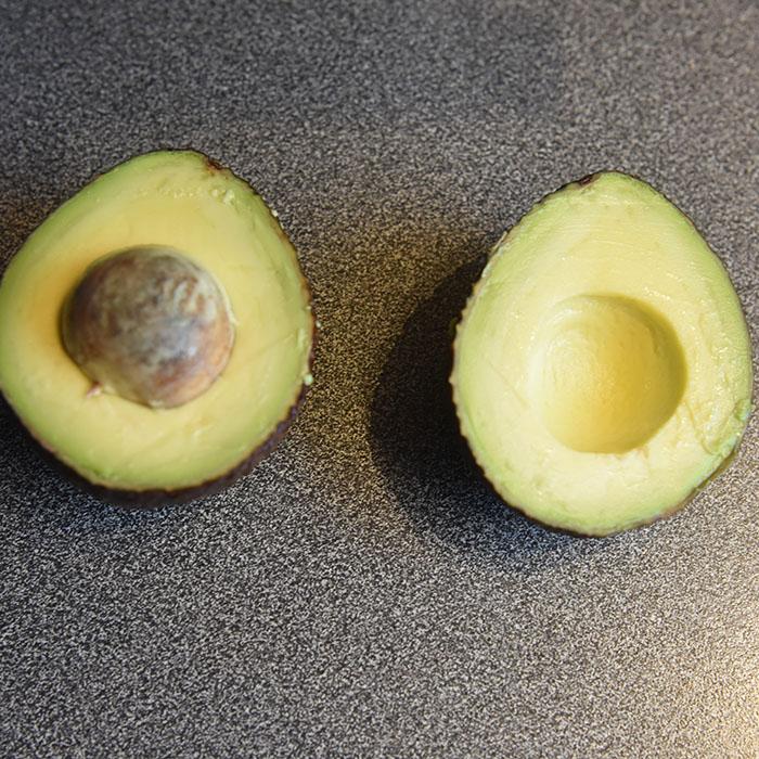 Avokado delt i to