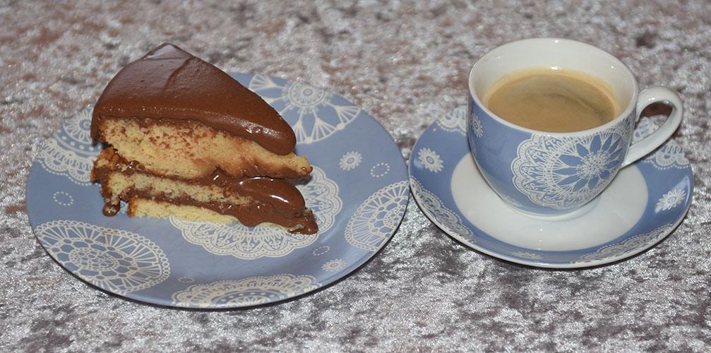 Gul kake med sjokoladekrem Ingredienser: 150 g Smør (romtemperert) 1 dl Olje (nøytral) 5 dl Sukker 3 Egg (romtemperert) 2 Eggeplommer (romtemperert) 1 ss Vaniljeekstrakt (eller -sukker) 2 ½ ts Bakepulver 7 ½ dl Hvetemel 2 ½ dl Kefir (romtemperert) Fyll & topping: 120 g Smør 2 dl Kakaopulver 7 ½ dl Melis 1 ½ - 2 dl Rømme 1 ts Vaniljeekstrakt (-sukker)