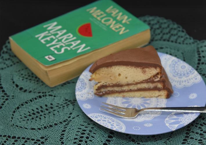 Keyes, Marian (2004), «Vannmelonen». Cappelen DAMM OG Gul kake med sjokoladekrem Ingredienser: 150 g Smør (romtemperert) 1 dl Olje (nøytral) 5 dl Sukker 3 Egg (romtemperert) 2 Eggeplommer (romtemperert) 1 ss Vaniljeekstrakt (eller -sukker) 2 ½ ts Bakepulver 7 ½ dl Hvetemel 2 ½ dl Kefir (romtemperert) Sjokoladekrem: 120 g Smør 2 dl Kakaopulver 7 ½ dl Melis 1 ½ - 2 dl Rømme 1 ts Vaniljeekstrakt (-sukker)