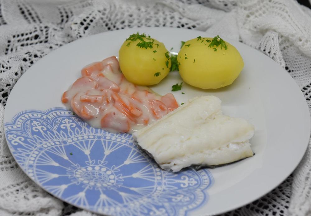 Lettsaltet torsk med Gulrotstuing Ingredienser: 800 g Lettsaltet torskefilet 8 Poteter (ca. 600 g) 2-3 Gulrøtter (ca. 400 g) 2 dl Melk 1 ½ ss Hvetemel ½ - 1 ts Fond eller Buljong (-pulver) Pepper