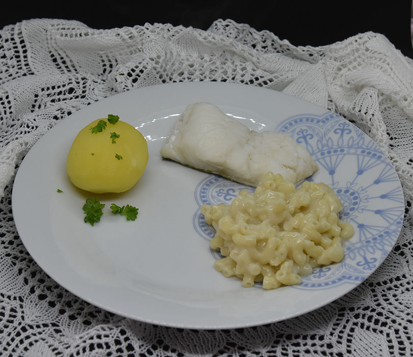 Lettsaltet torsk med Makaronistuing Ingredienser: 800 g Lettsaltet torskefilet 8 Poteter (ca. 600 g) 3 dl Makaroni 2 ss Hvetemel 3 ½ dl Melk 1 ts Fond eller Buljong (-pulver)
