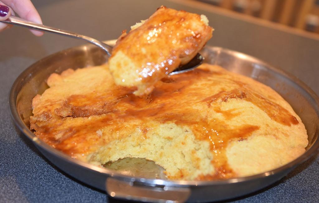 Maisbrød med sirupstopping Ingredienser: 200 g Maismel (fint, eller gul polenta) 150 g Hvetemel 2 ts Bakepulver 1 ½ ts Hvitløkssalt 3 dl Kulturmek 2 dl Melk (H- melk) 1 Egg 2 ss Smør 75 g smør Smør ½ dl Sirup