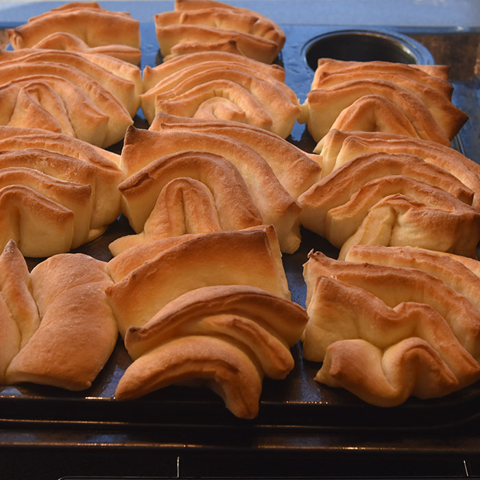 Myke Kuvertbrød stekt i muffinsformer Ingredienser: 50 g Smør 2 ½ dl Melk 25 g Gjær 1 ts Salt 2 ts Sukker 7-8 dl Hvetemel 50 g Smør til (pensling)