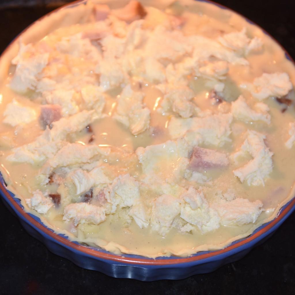 Ost- og skinkepai Ingredienser: Bunn: 3 dl Hvetemel 100 g Smør 2-4 ss Kaldt vann Fyll: 4 Egg 3 dl Melk 1 ts Salt 1 krm Pepper 150 g Skinke 100 g Ost (revet) 1 Mozzarella (i biter) 2 ss Parmesan