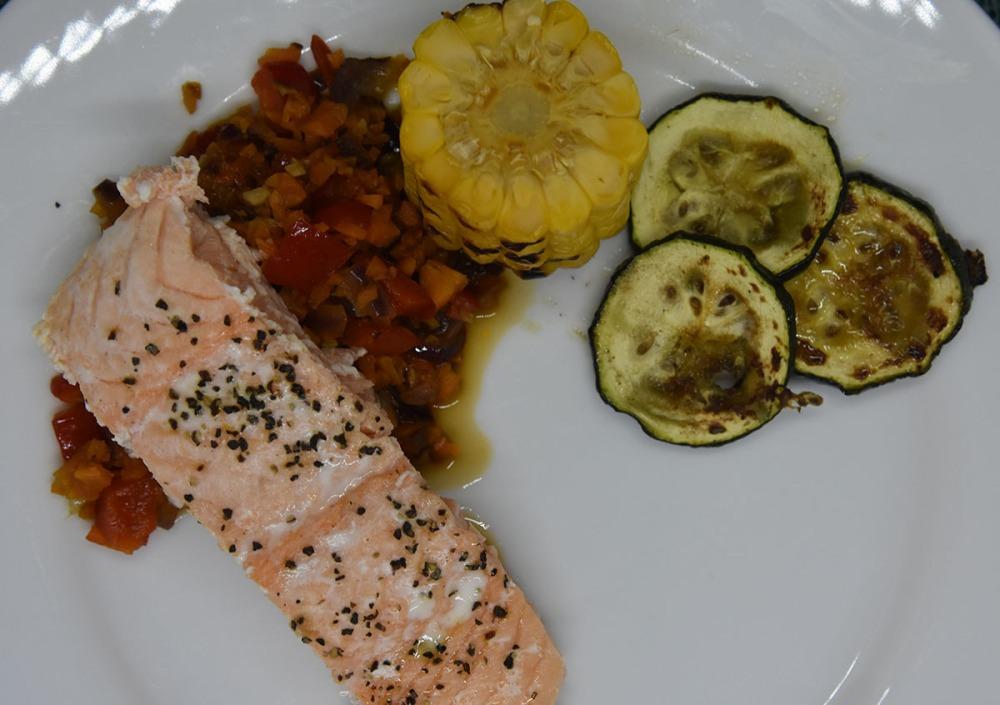 Ovnsbakt laks med mais, squash og saus Ingredienser: 4 Laksebiter (á 100 g) 1 ss Olje ½ Sitron (saft) 2 Maiskolber ½ Squash Salt, pepper Paprikakompott: ½ Rødløk ½ Paprika (rød) 1 Gulrot (middels) 1 fedd Hvitløk 2 ss Smør 1 dl Vann 1 terning Fiskebuljong (eller grønnsaksbulijong) DillSaus: 1 ½ dl Kremfløte 70 g Smør ½ -1 Sitron (saft) 4 ss Dill Salt og pepper