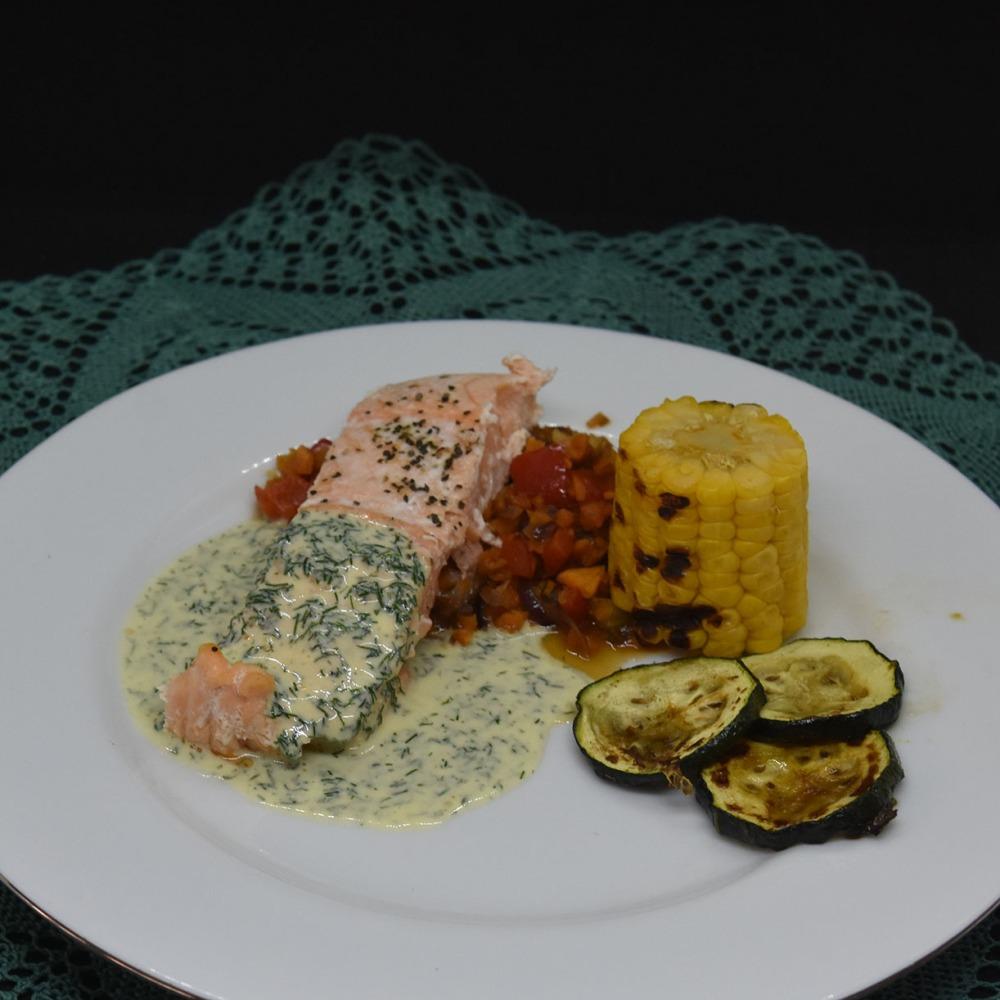 Ovnsbakt laks med mais, squash og saus  Ingredienser:  4Laksebiter (á 100 g) 1 ssOlje ½ Sitron (saft) 2 Maiskolber  ½ Squash Salt, pepper  Paprikakompott: ½ Rødløk ½ Paprika (rød) 1Gulrot (middels) 1 feddHvitløk 2 ssSmør  1 dl Vann 1 terningFiskebuljong (eller grønnsaksbulijong)  DillSaus: 1 ½ dlKremfløte  70 gSmør ½ -1Sitron (saft) 4 ssDill Salt og pepper