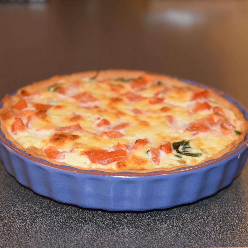 Pai med spinat, tomat, squach og mozarella Ingredienser: Bunn: 3 dl Hvetemel 100 g Smør 2-4 ss Kaldt vann Fyll: 4 Egg 3 dl Melk 1 ts Salt 1 krm Pepper 1 klype Muskatnøtt (revet) - valgfritt 1 pk Babyspinat ½ Løk (liten) ½ Squash 2 Tomater 1 pk Mozzarella 2 ss Parmesan (revet) 75 g Ost (revet)