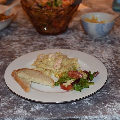Pasta med reker og dill Ingredienser: 350 g Tagliatelle 175 g Rekeost (1 tube) ½ dl Fløte (eller melk) 3-4 ss Dill Reker/scampi Pepper (nykvernet)