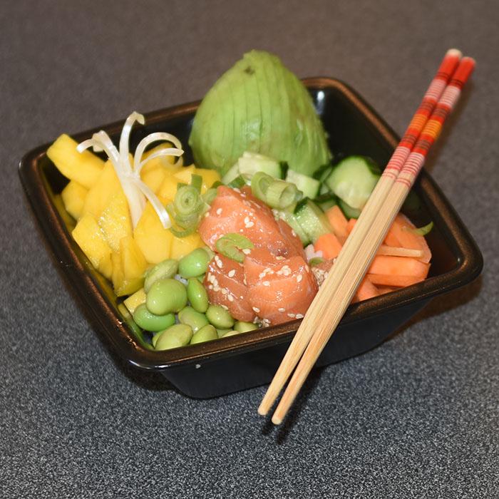 Pokebowl med laks Ingredienser: 300 g Sushi-ris ½ dl Sushi- eddik 1 ts Sukker 400 g Laksefilet (salma) 1-2 Mango 3 Avokado 5 Vårløk 100 g Edamame bønner ½ Agurk 1 Gulrot Marinade: 4 ss Soyasaus 2 ss Sesamolje 2 ss Sesamfrø 1 ts Chilisaus