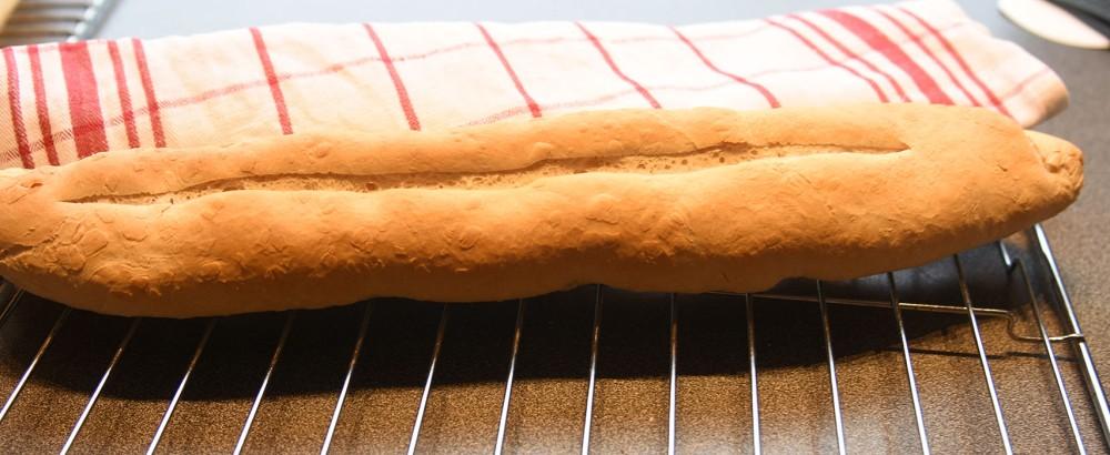 Lyse baguetter Ingredienser: Dag 1: 135 g Hvetemel 1 ½ dl Vann (kaldt) 1 g Gjær (fersk- som en ert) Dag 2: 1 kg Hvetemel 2 ss Olje (raps) 2 ts Salt 20 g Gjær 5 dl Vann