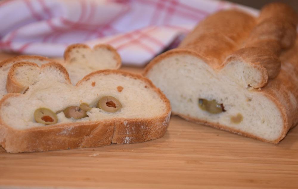 Brød med oliven Ingredienser: ½ pk Gjær 2 ½ dl Yoghurt naturell ½ ts Salt 2 ss Olje (oliven) 5 ½ dl Hvetemel 2 ss Smør (smeltet) Fyll 100 g Oliven