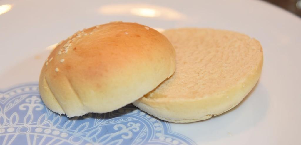 Hamburgerbrød i en fei – Slidersbrød Ingredienser 2 ts Tørrgjær 2 ½ dl Vann (lunkent) ½ dl Olje (raps) 2 ss Sukker 1 Egg 1 ts Salt 7 ½ - 8 dl Hvetemel 2 ss Sesamfrø