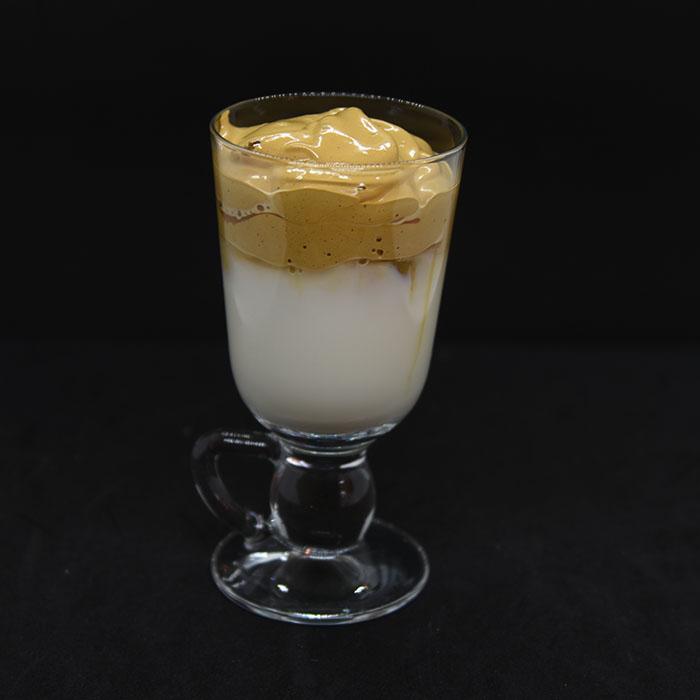 Dalgona Kaffe Ingredienser: 1 ss Pulverkaffe 1 ss Sukker 1 ½ ss Vann (kokende) 1½ - 2 dl Melk 3-5 Isbiter