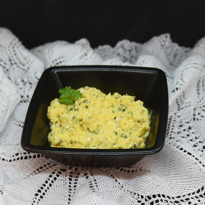 Eggerøre Ingredienser: ½ - 1 ss Smør 3 Egg 3 ss Melk (eller vann) 1 ss Gressløk (hakket) - valgfritt 1 ss Persille (hakket) - valgfritt Salt og pepper