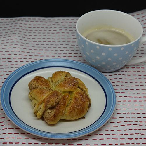 Fies Kanelsnurrer Ingredienser: 1 pk Gjær 5 dl Melk 1 Egg 1 kg Hvetemel 150 g Sukker 2 ts Kardemomme 1 ts Salt 150 g Smør (romtemperert) Fyll og pynt: 100 g Smør Sukker og kanel Egg til pensling Perlesukker