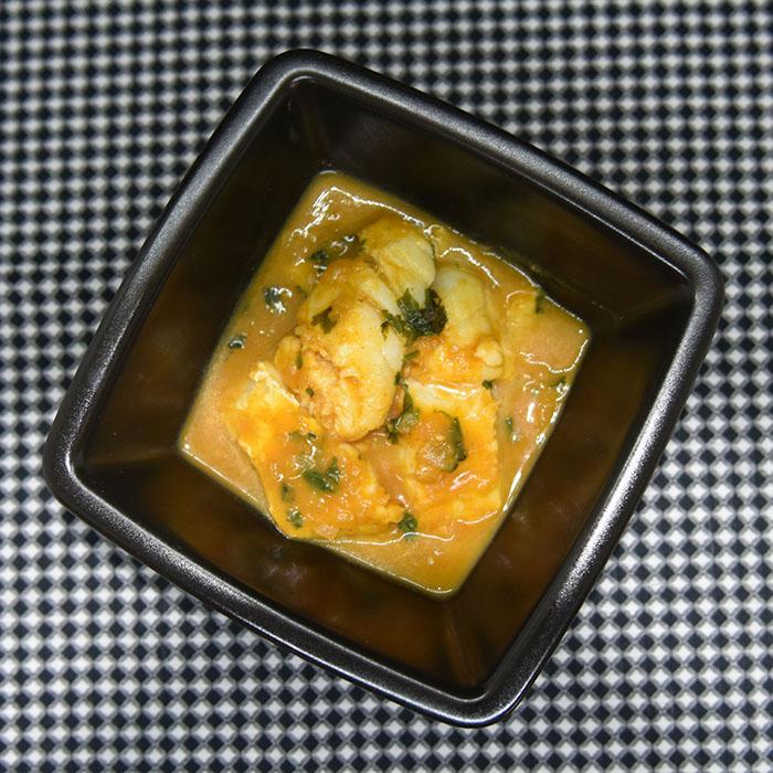 Fisk i Mango saus Ingredienser: 2 Mangoer (godt modne) 1 Løk 3 fedd Hvitløk 1 ½ dl Kyllingkraft 1 Lime (skall og saft) 1 ts Ingefær (raspet) 2 ss Koriander (hakket) 1 ts Kajennepepper Salt 700 g Fiskefileter(hvit)
