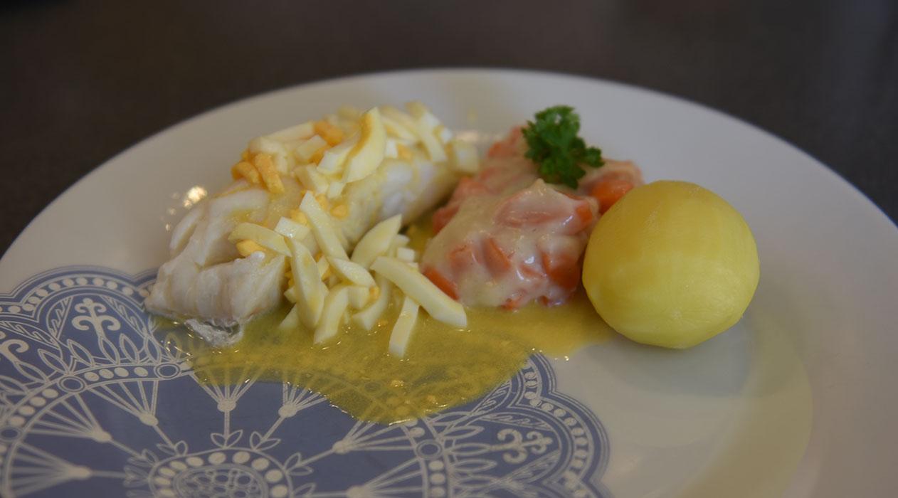 Lettsaltet torsk med eggesmør  Ingredienser:  800 g Lettsaltet torskefilet 8Poteter (ca. 600 g) 2-3Gulrøtter (ca. 400 g) 2 dlMelk 1 ½ ssHvetemel ½ - 1 tsFond eller Buljong (-pulver) Pepper  Eggesmør:  3 Egg 100 gSmør  Eggesmør (lettere):  3Egg 4 -6 ssSmør 8 – 12 ssVann fra fisken ¼ -½ tsFiskefond eller Buljong (-pulver)