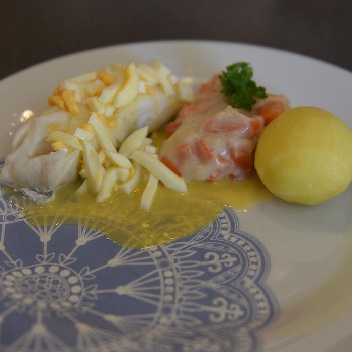 Lettsaltet torsk med eggesmør Ingredienser: 800 g Lettsaltet torskefilet 8 Poteter (ca. 600 g) 2-3 Gulrøtter (ca. 400 g) 2 dl Melk 1 ½ ss Hvetemel ½ - 1 ts Fond eller Buljong (-pulver) Pepper Eggesmør: 3 Egg 100 g Smør Eggesmør (lettere): 3 Egg 4 -6 ss Smør 8 – 12 ss Vann fra fisken ¼ -½ ts Fiskefond eller Buljong (-pulver)
