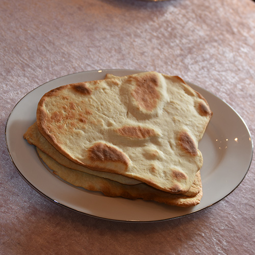 Nanbrød Ingredienser: 2 dl Melk 2 ss Sukker 25 g Gjær (½ pk) 1 ts Salt 2 ts Bakepulver 4 ss Olivenolje 3 dl Yoghurt 600 g Hvetemel (ca. 10 dl)