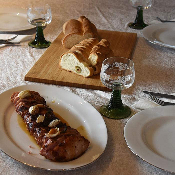 Ovnsstekt Svinefilet med hvitløk og basilikum Ingredienser: 1 Svinefilet (850 g) 1 ss Olje 1 ss Smør 8-10 fedd Hvitløk Basilikum Salt og peppe r 1 dl Kraft