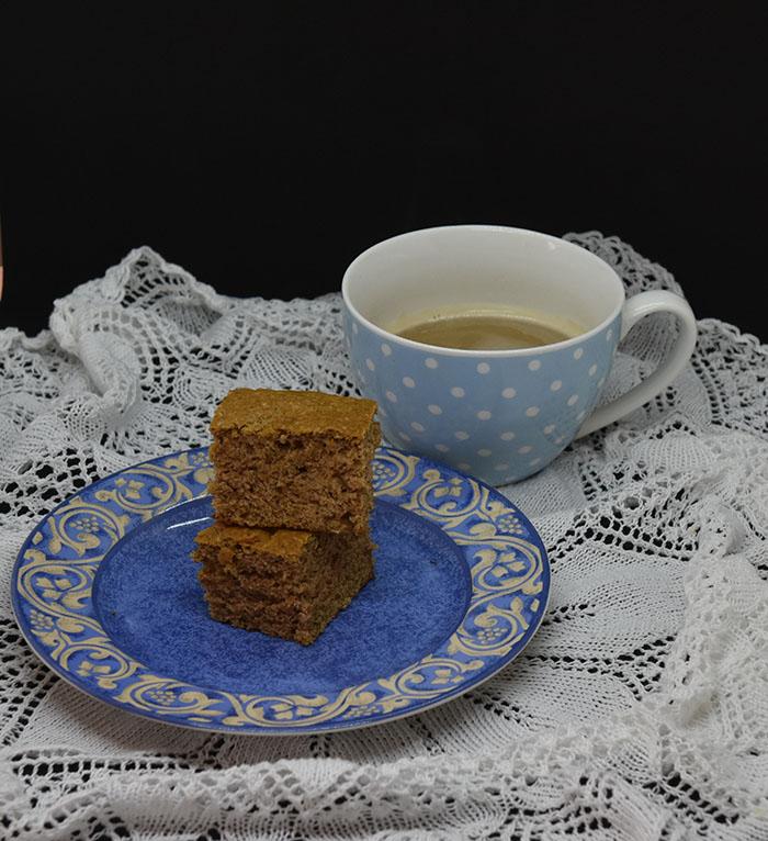 Myk Pepperkake i ruter Ingredienser: 75 g Smør 1 ½ dl Sukker 4 dl Hvetemel 1 ts Kanel (malt) 1 ts Nellik (malt) 1 ts Natron 1 dl Melk 2 dl Yoghurt naturell