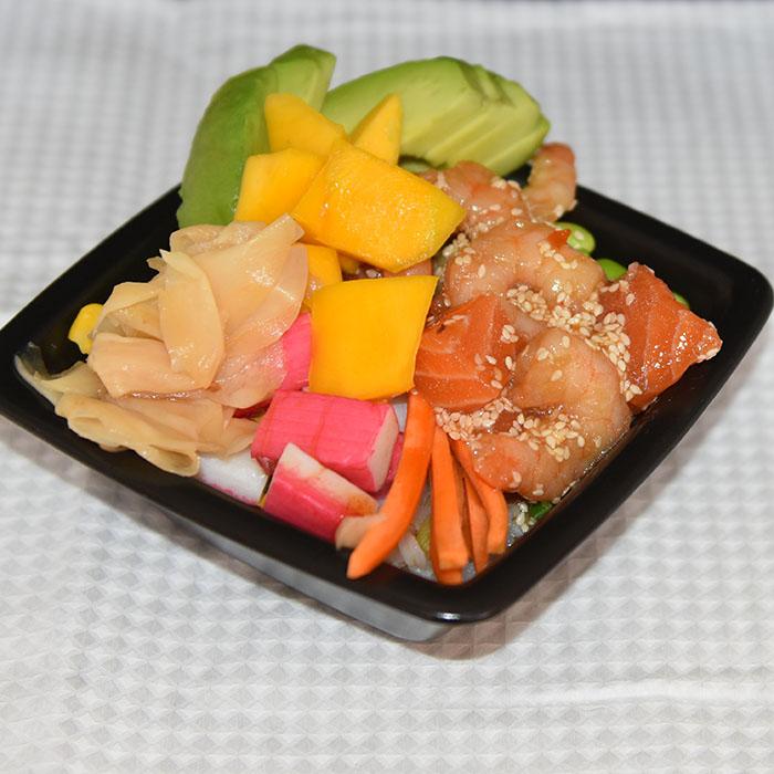 Sushibowl med marienert laks og scampi Ingredienser: 300 g Sushi-ris ½ dl Sushi- eddik 1 ts Sukker 300 g Laksefilet (salma) (400 g uten scampi) 200 g Scampi 1-2 Mango 3 Avokado 5 Vårløk 100 g Edamame bønner ½ Agurk 1 Gulrot Marinade: 4 ss Soyasaus 2 ss Sesamolje 2 ss Sesamfrø 1 ts Chilisaus