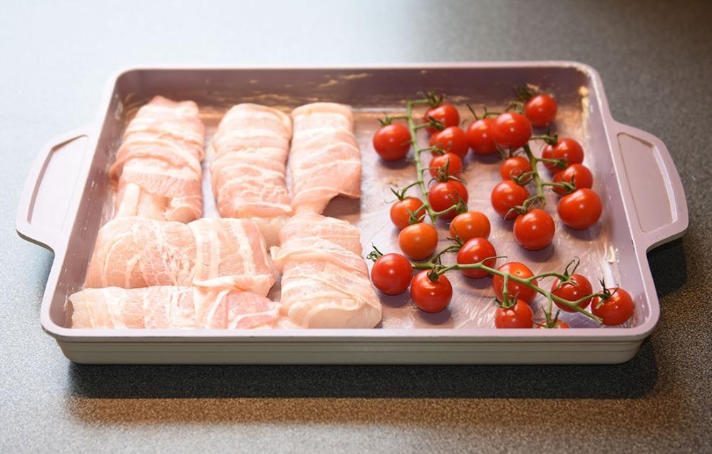 Ovnsbakt torsk med asparges, tomater og kålrotstappe Ingredienser: 700 g Torskefilet 4 skiver Bacon 200 g Cherrytomter Asparges Rotemos 1 liten Kålerabi (ca 350 g) 2 Gulrøtter (ca. 100g) 3-4 Poteter 1 ss Smør ½ dl Melk Salt og pepper
