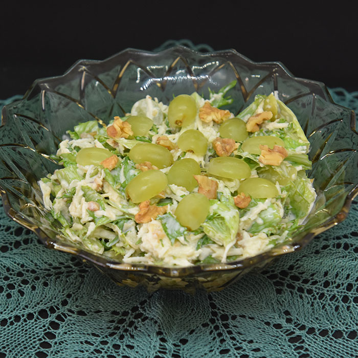 Waldorfinspirert salat Ingredienser: 1 Sellerirot (liten) 1 Eple (grønt) 1/2 Isbergsalat (liten) 1 dl Valnøtter 1-2 dl Druer (grønne) Dressing: 4 ss Majones 4 ss Yoghurt (naturell) 4 ss Rømme 1 ts Sukker 1 ts Sitronsaft Salt