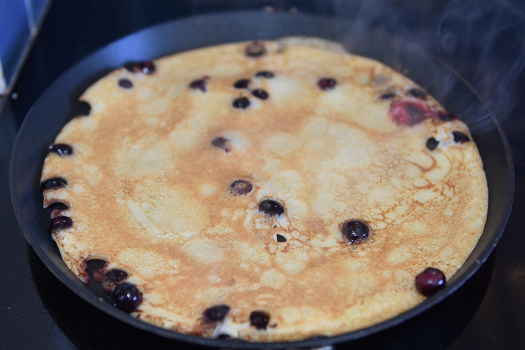 Blåbærpannekaker Ingredienser 2 Egg 6 dl Melk 3 dl Hvetemel Smør Blåbær