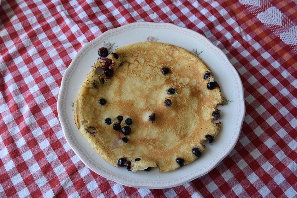 Blåbærpannekaker  Ingredienser  2Egg 6 dlMelk 3 dlHvetemel Smør  Blåbær