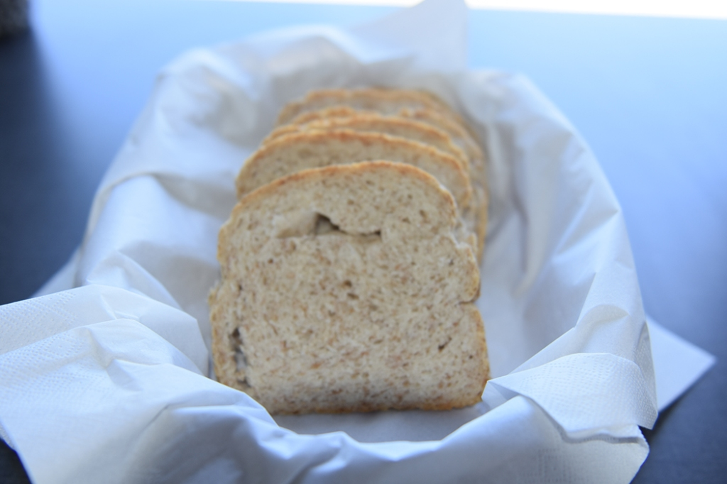 Lyst brød med rugmel  Ingredienser:  6 dlVann (lunket) 1 pkGjær 250 gRugmel Ca. 750 gHvetemel 2-3 tsSalt