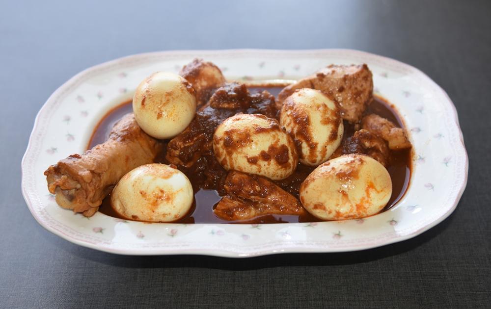 Eritreisk kyllinggryte med egg – Tsebhi derho Ingredienser: 3 Løk (store) ca. 1 kg Kylling eler kalkun 3 ss Olivenolje 3 ts Berbere 3-4 ss Meierismør 1 bx Hakkete tomater 2 Sitroner 6-12 Egg Salt pepper Krydderblanding (Berbere): 2 ts Spisskumen 1 ts Kardemomme ½ ts Allehånde 1 ts Bukkhornfrø (Nigella seeds) 1 ts Koriander 1 ss Nellik 1 ts Pepper 3 -10 ts Chilipulver ½ ts Ingefær 1 ts Hvitløkspulver 1 ts Salt ½ ts Kanel ¼ ts Gurkemeie 2 ½ ss Paprika