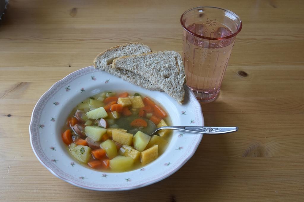 Grønnsakssuppe med pølsebiter på 1-2-3  Ingredienser:  6Poteter 3Gulerøtter ¼ Kålrabi ½ Purreløk 2-4Pølser 7 ½ dlGrønnsakkraft (eller vann og buljong) 1 ssPersille (hakket, men valgfritt)