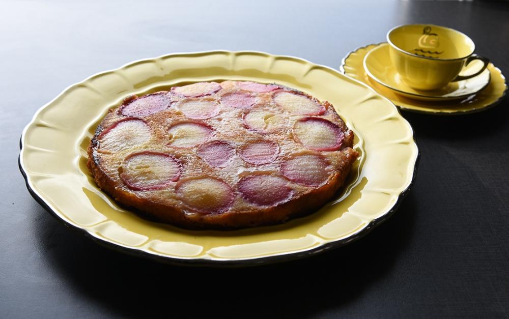 Nektarinkake Ingredienser: 4 Nektariner 150 g Smør (romtemperert) 2 dl Sukker 1 Egg (romtemperert) 1 ts Vaniljesukker 1 ½ dl Hvetemel 1 ¼ ts Bakepulver 1 ss Perlesukker
