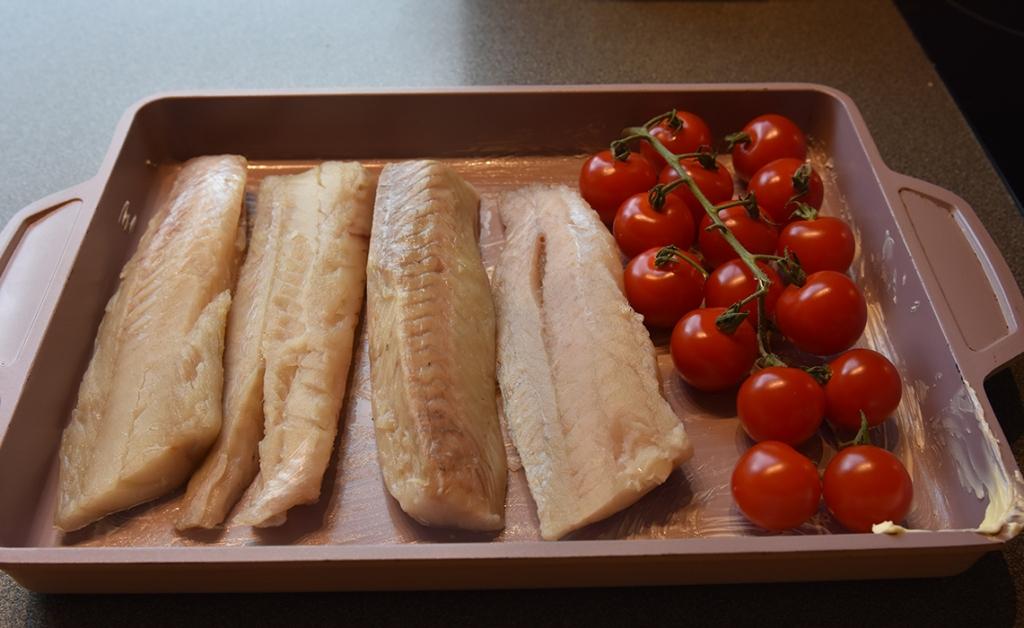 Ovnsstekt sei med bacon, tomater og kålrotstappe  Ingredienser:  700 gSeifilet 100 gBacon 200 gCherrytomater (med stilk) 1 ssPersille (hakket - valgfritt)  Kålrotstappe  1 Kålrabi (ca 400 g) 1 litenGulrot 3-4Poteter  1 ssSmør ½ dlMelk Salt og pepper