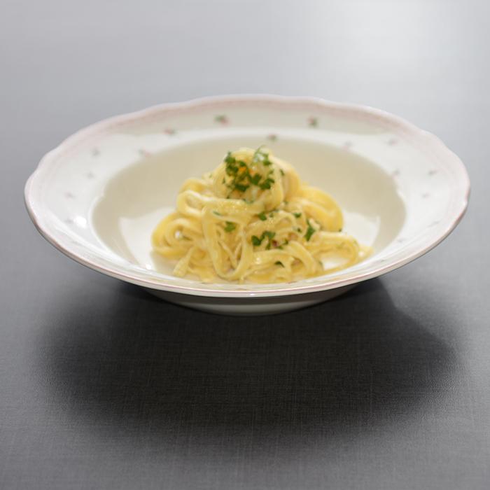 Pasta Alfredo  Ingredienser:  500 gSpagetti 3 ssSmør  150 gParmesan (nyrevet) 3 dlFløte (kremfløte) 3 ssPersille (hakket)