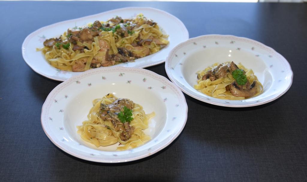 Tagliatelle med kylling- og sjampinjongsaus   Ingredienser:  400 – 500 gTagliatelle (eller annen pasta) 2Kyllingbryst 1 ssOlivenolje 1 ssSmør  2 skiver Bacon (hakket) 350 gSjampinjonger (skivet) 1Buljongterning (grønnsak/kylling) 1 dlMelk  2 dlKremfløte ¼ Purreløk (skivet) 50 gParmesan 1 ssPersille (hakket) Salt, pepper