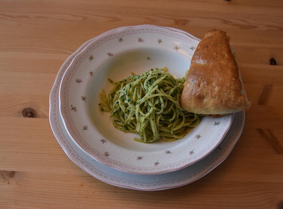 Dette bildet har et tomt alt-attributt, og filnavnet er pasta-med-ramslc3b8kspesto-og-eritreisk-brc3b8d-avlangt-bilde.jpg