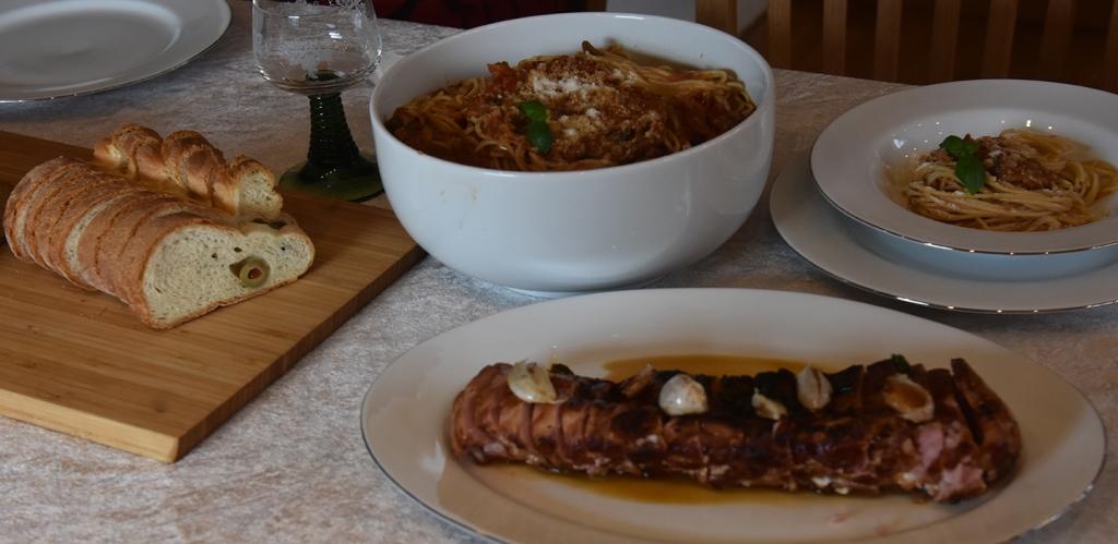 Ovnsstekt Svinefilet med hvitløk og basilikum Ingredienser: 1 Svinefilet (850 g)  1 ss Olje  1 ss Smør   8-10 feddHvitløk   Basilikum  Salt og peppe r 1 dl Kraft    Spagetti med sopp, purre og paprika (i kremet pastasaus)  Ingredienser: 1 ss Olje 1 ss Smør  1 Løk  1 Gulrøtter  ½ stilkSelleri  1 fedd Hvitløk  ¼ Chili (rød, uten frø)  ½  Purre  1 bxTomater (hermetiske)  1 Paprika (rød) 350 gSjampinjonger 1 ss Persille (hakket)  1 ts Paprikapulver  ½ tsPepper 1 dlVann 1terningBuljong (Grønsak)  ½ -1 dl Kremfløte  400-500 g Spagetti    Salt, pepper  75 gParmesan (raspet)  1 ssPersille