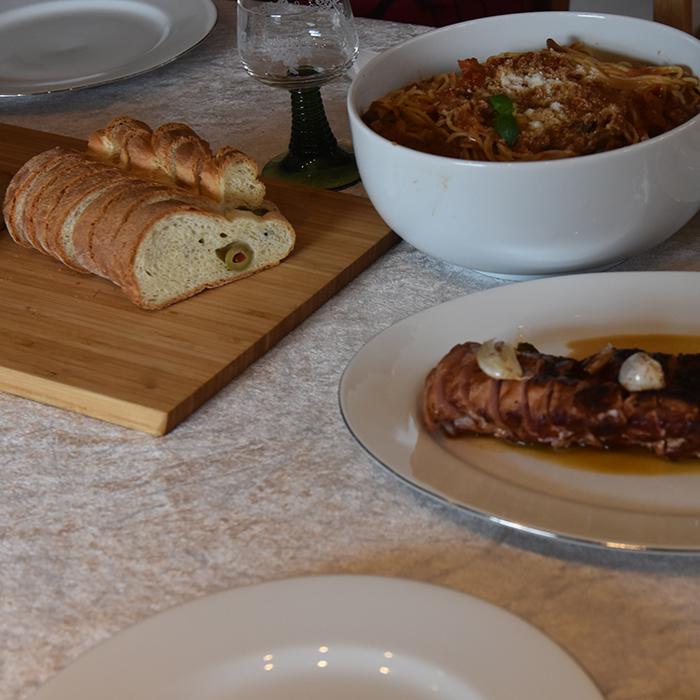 Spagetti med sopp, purre og paprika (i kremet pastasaus)  Ingredienser: 1 ss Olje 1 ss Smør  1 Løk  1 Gulrøtter  ½ stilkSelleri  1 fedd Hvitløk  ¼ Chili (rød, uten frø)  ½  Purre  1 bxTomater (hermetiske)  1 Paprika (rød) 350 gSjampinjonger 1 ss Persille (hakket)  1 ts Paprikapulver  ½ tsPepper 1 dlVann 1terningBuljong (Grønsak)  ½ -1 dl Kremfløte  400-500 g Spagetti    Salt, pepper  75 gParmesan (raspet)  1 ssPersille
