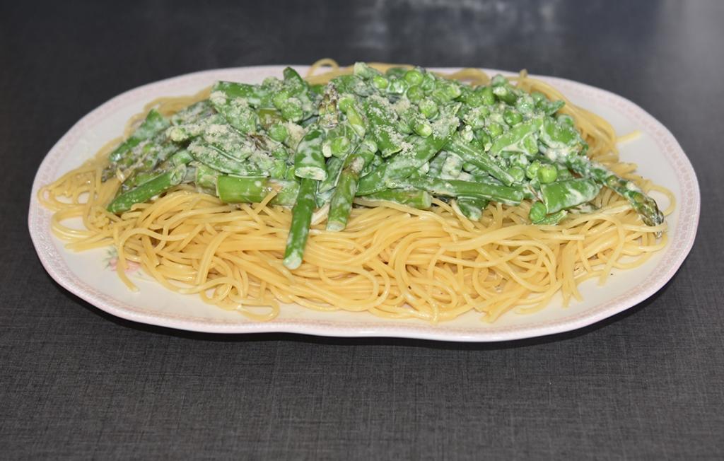 Pasta prima vera (vårlig pasta) Ingredienser: 500 g Spagetti 150 g Aspargesbønner 150 g Asparges topper 150 g Sukkererter 100 g Erter (grønne) 2 ss Smør 3 dl Fløte (kremfløte) 2-3 ss Parmesan (nyrevet)