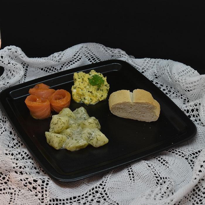 Røktlaks med dillstuede poteter Ingredienser 10 Poteter 2 ss Hvetemel 4 dl Melk ½ ts Salt ½ ts Pepper 3 ss Dill (hakket)