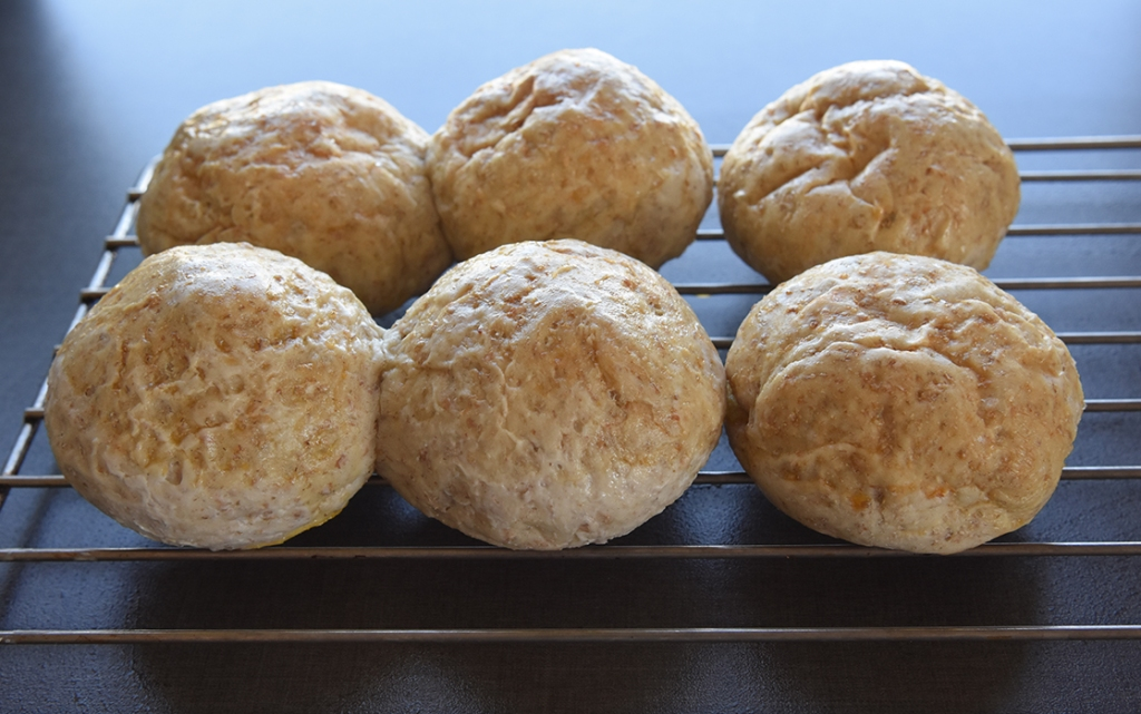 Litt grovere rundstykker bakt med rugmel  Ingredienser:  6 dl Vann (lunket)  1 pk Gjær  250 g Rugmel  Ca. 750 g Hvetemel  2-3 ts Salt