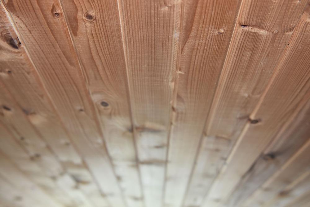 Taket i kjelleren på sommerhuset vårt - før maling - Garten, Trøndelag -- og det er klart for maling, nytt gulv, nye vegger mm