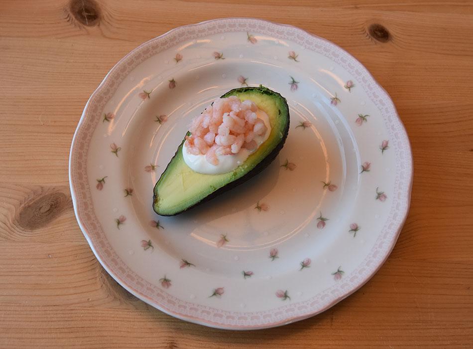 Avokado med rømmer og reker Ingredienser: Avokado Rømme Reker Slik gjør du: 1 Del avokadoen i 2 2 Fjern steinen 3 Fyll hullet etter steinen med rømme 4 Topp med reker