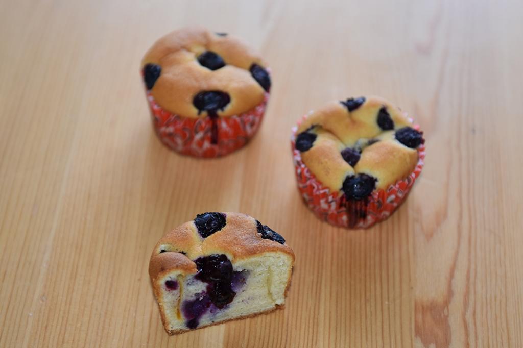 Muffins med rømme i deigen Ingredienser: 200 g Smør (romtemperert) 2 dl Sukker 4 Egg (romtemperert) 5 dl Hvetemel 1 ts Bakepulver 2 ½ dl Rømme (lett) Blåbær