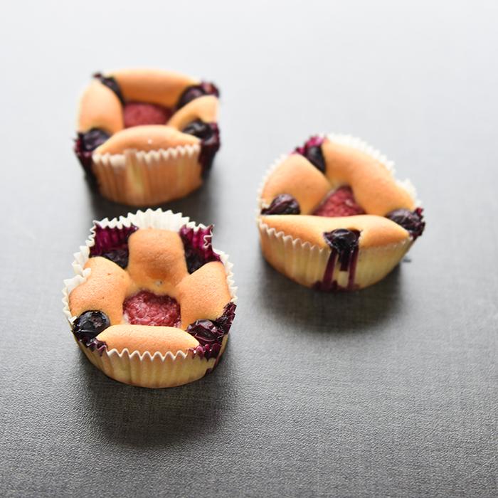 Muffins med rømme i deigen Ingredienser: 200 g Smør (romtemperert) 2 dl Sukker 4 Egg (romtemperert) 5 dl Hvetemel 1 ts Bakepulver 2 ½ dl Rømme (lett) Blåbær og bringebær