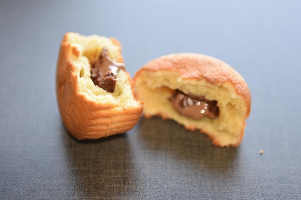 Muffins med rømme i deigen Ingredienser: 200 g Smør (romtemperert) 2 dl Sukker 4 Egg (romtemperert) 5 dl Hvetemel 1 ts Bakepulver 2 ½ dl Rømme (lett) 1 Melkesjokolade
